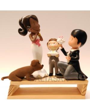 Figura novios pastel ella negra y el blanco con hijo y perro