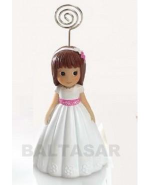 Niña comunión con vestido blanco y lazo rosa