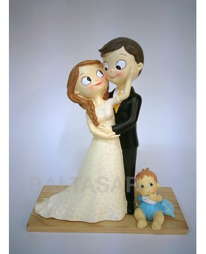 Figura novios pastel con hijo