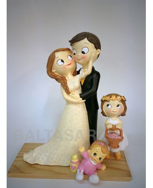 Figura novios pastel con dos hijas