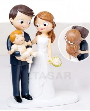 Figura novios pastel con hijo pequeño