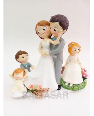 Figura novios pastel con tres hijos