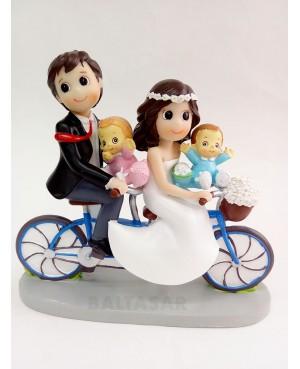 Figura novios en bicicleta con hijo y hija