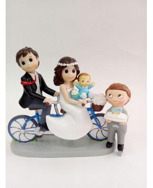 Figura Novios con hijo y hija en bicicleta