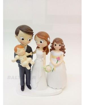 Figura novios pastel con bebé y hija adolescente
