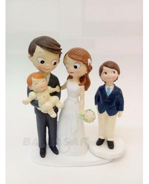 Figura novios pastel con bebé y hijo adolescente