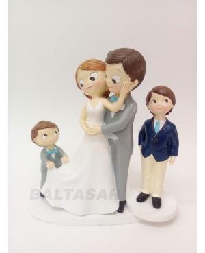 Figura novios pastel con niño y niño mayor