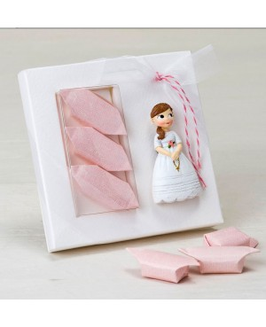 Imán niña con rosario y caramelos