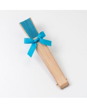 Abanico madera natural y tela azul adornado