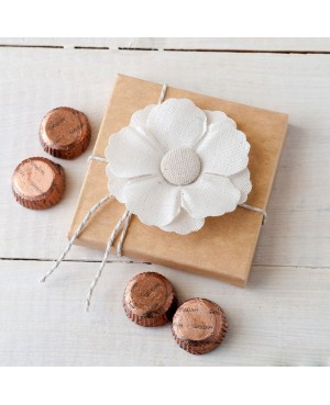 Flor adhesiva de lino en estuche con 4 bombones